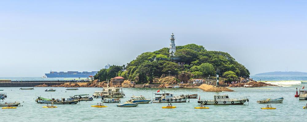 小青岛的灯塔守静静守护着蔚蓝海